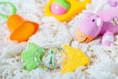 teether和五颜六色的吵闹声玩具  免版税库存图片