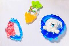 Teethers för nyfött behandla som ett barn Arkivfoton