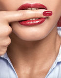Teeths blancs mordant un doigt Image libre de droits