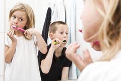 Teeths di spazzolatura Immagini Stock