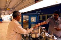 Teeverkäufer, der Geld für seinen Service nimmt Stockbild