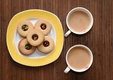 Teezeit und leckere Kekse auf der Seite Stockbilder