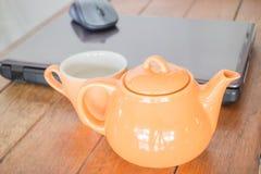 Teezeitbruch an Arbeitsplatz Stockfoto