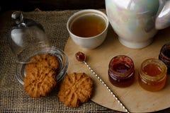 Teezeremonie mit Hafermehlkeksen und -stau Porzellankessel Lizenzfreie Stockfotos