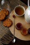 Teezeremonie mit Hafermehlkeksen und -stau Porzellankessel Lizenzfreie Stockbilder