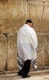 tefillin的未认出的老人祈祷在哭墙(西部墙壁)的 免版税库存图片
