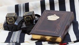 Tefillin e tallit E um livro da oração judaica Fotografia de Stock Royalty Free