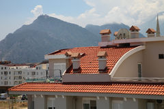 Tegel-Roofed huis in de zon op een achtergrond van bergen in de zomer royalty-vrije stock fotografie