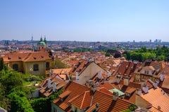 Tegeldaken van de oude stad Praag, Tsjechische Republiek stock foto