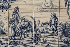 Tegelplatta Talavera som målar barn som spelar med djur Royaltyfri Bild