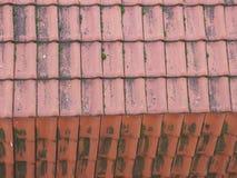 Tegelplattatak med horisontal- och vertikala band Arkivfoto
