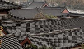 Tegelplattor av den klassiska korridoren av kinesisk stil Arkivfoto