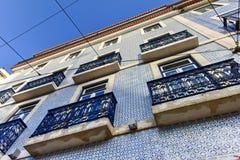 Tegelplattor av den Lissabon byggnadsfasaden Arkivbild