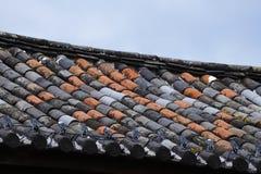 Tegelplattor av olika färger i taken av Lijiang, Yunnan, Kina royaltyfria foton
