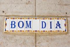 Tegelplattor för Bom diameter (bra morgon) på en byggnad i Lissabon Arkivfoton