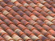 Tegelplattor för lera (terrakotta) på taket av ett landshus Royaltyfri Fotografi