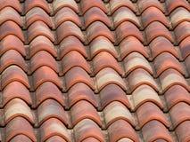 Tegelplattor för lera (terrakotta) på taket av ett landshus Royaltyfri Foto