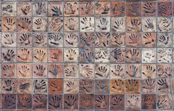 Tegelplattor med handprints Arkivfoto