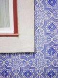 Tegelplattor och fönster för Lissabon portugisblått Arkivfoto