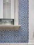 Tegelplattor och fönster för Lissabon portugisblått Fotografering för Bildbyråer