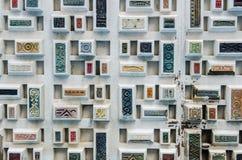 Tegelplattor på en vägg i Hong Kong arkivbilder
