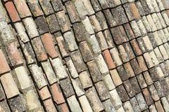 Tegelplattor på taket av en kyrka i Toledo i Spanien arkivfoto