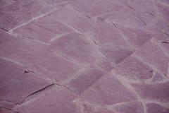 Tegelplattor som göras av den naturliga stenen som limmas samman med cement Stenarna har en naturlig röd färg arkivfoto