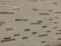 Tegelplattor som göras av exponeringsglas som installeras på väggen som garnering- eller kökbacksplash royaltyfria foton