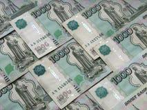 Tegelplattor som göras av tusen-rubel räkningar, ryska pengar, makrofunktionsläge Arkivfoto