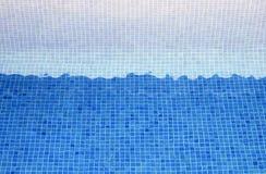 Tegels blauw o een pool Stock Afbeelding