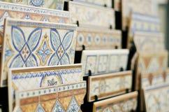 Tegels en ceramisch in opslagtribune klaar voor verkoop Royalty-vrije Stock Afbeeldingen