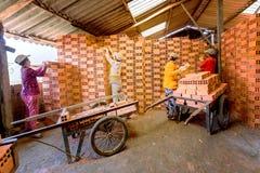 Tegelsarbeiders in steenovens Stock Foto