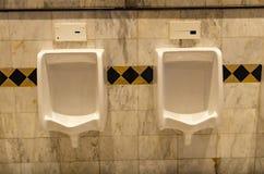Tegelsmuur in het toilet stock afbeelding