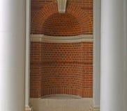 tegelsten bildad fördjupningsvägg royaltyfri bild