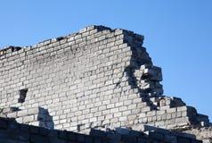 tegelsten bruten fragmentvägg Arkivfoto