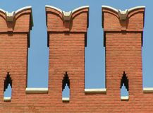 tegelsten crenellated vägg arkivfoto