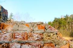 tegelsten förstörde den gammala väggen Royaltyfri Bild