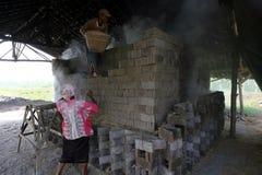 Tegelsten. gjort poäng jordluckrare, arbetare, brännskada, solo, boyolali, central, java, indonesia, land Royaltyfria Bilder