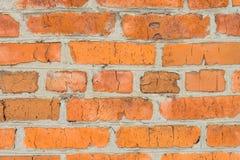 tegelsten knäcker den gammala väggen Vägg av röd tegelsten Arkivbild