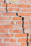 tegelsten knäcker den gammala väggen Vägg av röd tegelsten Fotografering för Bildbyråer
