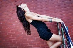 tegelsten nära sinnlig sexig väggkvinna Royaltyfri Fotografi