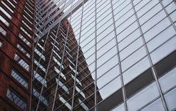 Tegelsten- och exponeringsglasbyggnadsreflexion Arkivbild