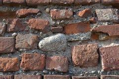 Tegelsten och stenen gjorde den forntida väggen i en solig dag för sommar royaltyfria foton