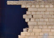 tegelsten som bryts close upp väggen Royaltyfria Bilder