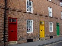 tegelsten som bygger färgrika dörrar Arkivbild