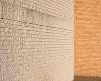 tegelsten som möter vita naturliga väggar Royaltyfri Bild