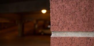 Tegelsten utöver ett dunkelt garage Royaltyfri Fotografi