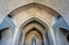 Tegelsten välva sig ingången av den historiska moskén i Mellanösten Arkivfoton