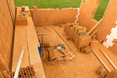 Tegelsten vid tegelsten, bygger ett hus på egen hand Byggande av ett hem pow fotografering för bildbyråer