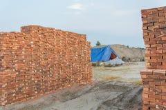 Tegelstenar blockerar i konstruktionsplats Arkivfoton